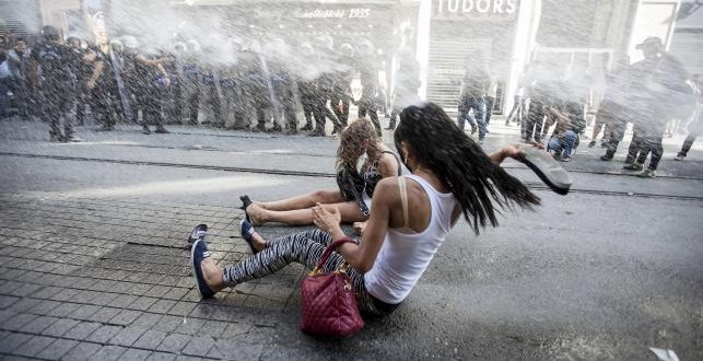Turkish Riot Police Use Tear Gas, Water Cannons to Disperse Gay Pride Parade