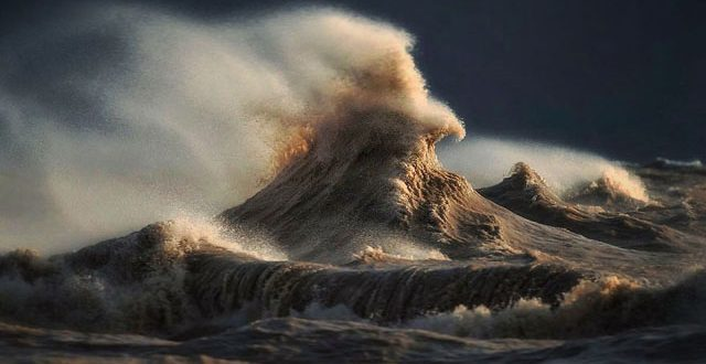 Photographer Dave Sandford Captures Powerful Waves on Lake Erie as Liquid Mountains